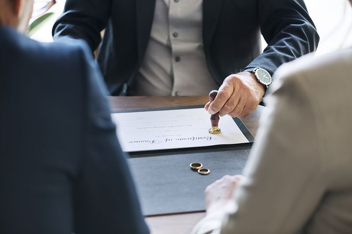 Divorce lawyer in Sydney helping a couple finalize their separation
